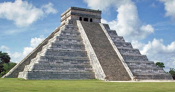 从中心金字塔的观测点往庙宇的东面望去